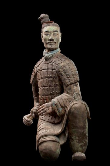 Armored kneeling archer, Qin dynasty (221–206 BCE). China. Terracotta. Excavated from Pit 2, Qin Shihuang tomb complex, 1977. Qin Shihuang Terracotta Warriors and Horses Museum, Shaanxi.